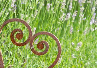 Gartendeko aus Rost: Blumenstecker, Säulen, Kugeln & Schilder