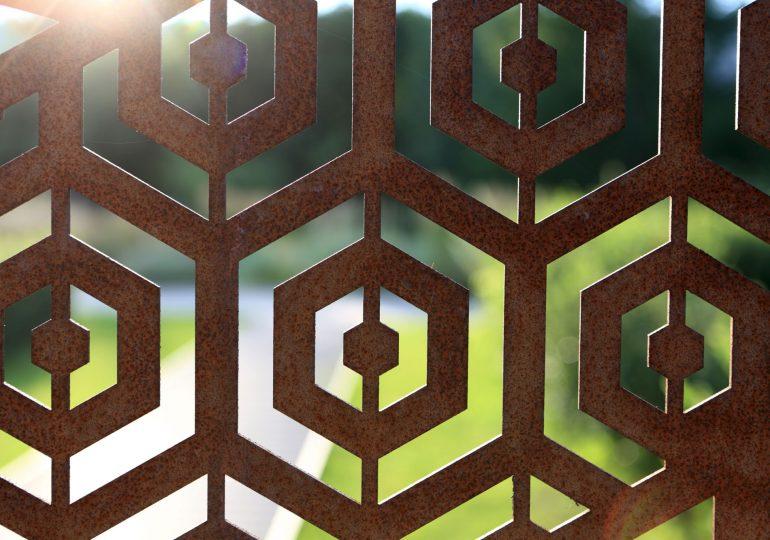Ein dekorativer Sichtschutz aus Rost sorgt für Privatsphäre